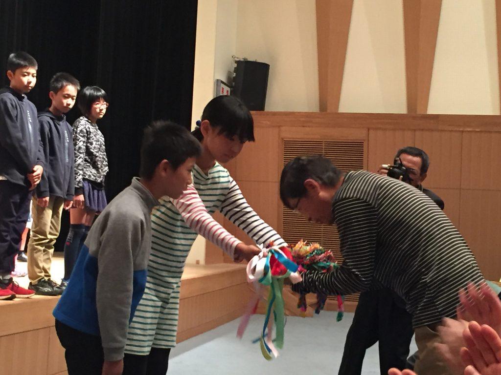 折り鶴を渡す児童会代表者