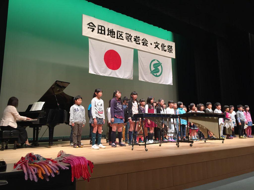 舞台に立って合唱する子どもたち