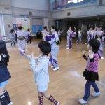 今田小唄で輪になって踊る